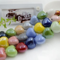 Perle a forma di cuore bombato in ceramica luminosa e smaltata colore mix 15 x 17.5 mm 1 filo 22 pz