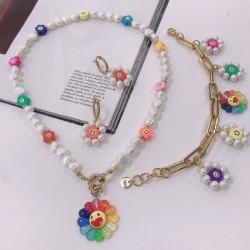 Come creare una collana, un bracciale e degli orecchini di tendenza